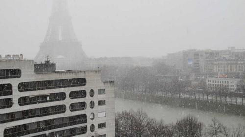 雪 エッフェル塔 パリ