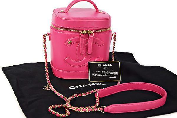 シャネルの可愛いピンク色のバニティバッグ