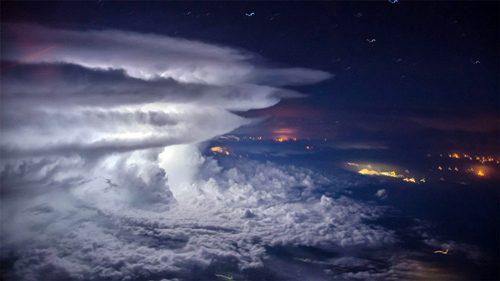 巨大な雷雨と積乱雲